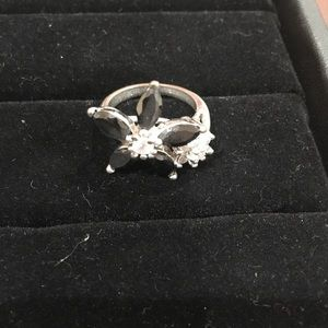Jewelry - Black and diamond women ring